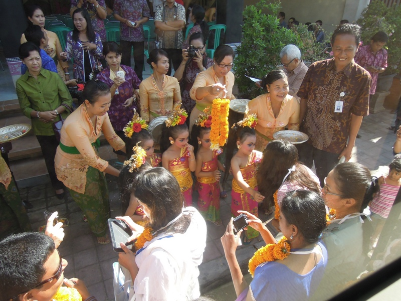 Participants welcomed by Balinese traditional dancer